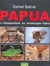 Obálka knihy Papua s fotoaparátem ke stromovým lidem