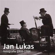 Jan Lukas (1915 - 2006) je spjatý s moderními československými dějinami. S foťákem na krku si prožil období mnichovské dohody, druhou světovou válku i nástup komunistické totality. Nakonec s rodinou v roce 1965 utekl přes Jugoslávii a Itálii do Ameriky, kde také zemřel ve věku 91 let.