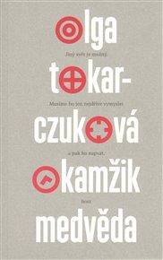 Polská spisovatelka Olga Tokarczuková (1962) patří k nejoriginálnějším autorkám současné Evropy. Vzděláním psychoterapeutka. Její aktuálně do češtiny přeložená kniha Okamžik medvěda je souborem krátkých příležitostných textů, které dokládají to, jak Tokarczuková vidí a sleduje společnost a celkem aktivně ji komentuje. Minulý rok oznámila režisérka Agniezska Holland, že chce natočit film  podle její knihy Svůj vůz i pluh veď přes kosti mrtvých.