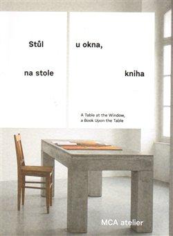 Obálka titulu Stůl u okna, na stole kniha