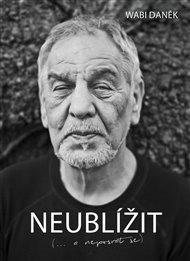 Příští rok bude legendě českého folku sedmdesát. Wabi Daněk (1947) dostal přezdívku podle svého žánrového předchůdce Wabiho Ryvoly. Jeho fanoušky asi netřeba do knižního rozhovoru nijak postrkovat. Takže: Neublížit...a neposrat se.