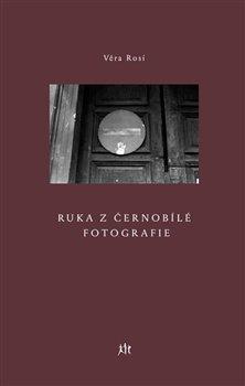Obálka titulu Ruka z černobílé fotografie