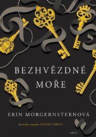Prapodivná kniha mu nedá spát, a tak se rozhodne odhalit její tajemství a sledovat tajuplné stopy v podobě včely, klíče a meče. Cesta plná dobrodružných zvratů ho postupně přivede na maškarní večírek v New Yorku, do tajného klubu a podzemní knihovny, ukryté hluboko pod povrchem země. Erin Morgensternová: Bezhvězdné moře