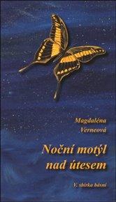 Noční motýl nad útesem