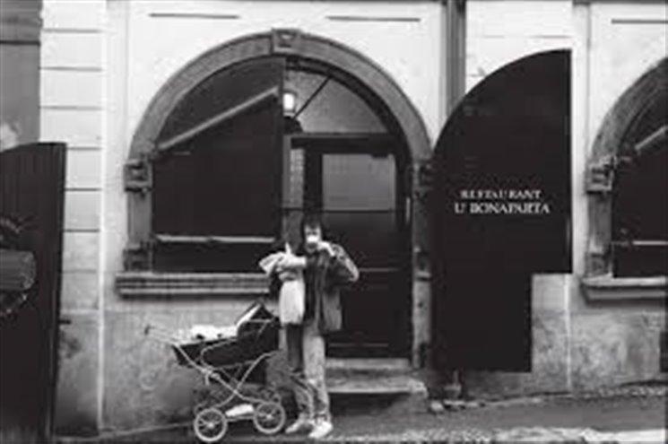 """Na Malé Straně žilo 20 až 25 tisíc lidí, dnes tato historická část Prahy čítá nějakých 4 tisíce obyvatel. Přesto není pouhou kulisou pro turisty. Stále existují hospody, které navštěvují nejenom turisté, ale i místní, pořádají se výstavy, křty. """"Malostranské příběhy pokračují, jenom je tolik nezaznamenáváme,"""" podotýká spisovatel a publicista Dan Hrubý, který vydává knihu Pražské příběhy – Na cestě Malou Stranou a pokračování Cesta na Hradčany...."""