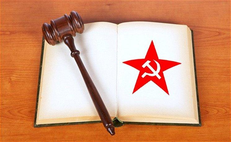 Ve smutný den moderní české historie přinášíme ukázku z právě dopsaného příběhu publicisty Aleše Palána s názvem Lovci komunistů. V roce 1952 v Posázaví došlo k jednomu mordu. Ti, kteří v tom byli nevinně, byli po několika letech odsouzeni k trestu smrti, někteří viníci naopak žijí spokojeně dodnes. Je to ovšem ještě jedna skupina lidí, taková, která si myslí, že by viníci žít neměli... Detektivní příběh o tom, jestli je správné zabíjet komunisty. K vydání připravuje Host.