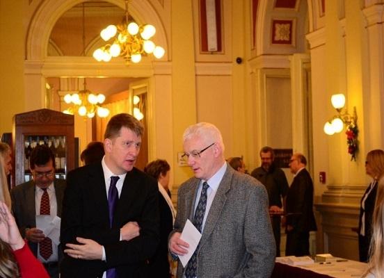 Za přítomnosi autorů s hostem, ředitelem Moravské zemské knihovny Tomáše Kubíčka.