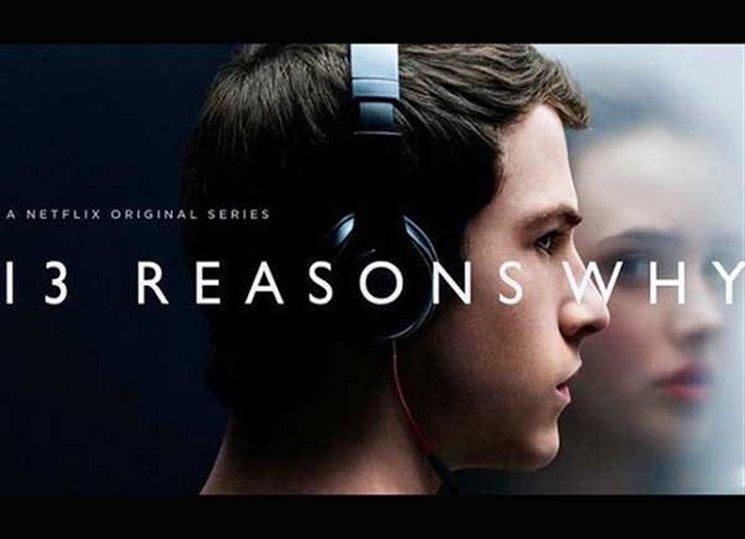 Ten seriál, o kterém se vám možná vaši náctiletí zmínili s sledovali ho na Netflixzu nebo jinak, má knižní předlohu. V anglickém originálu ji můžete na prázdniny pořídit dětem. Možná budete překvapeni, jak se s ní popasujou.
