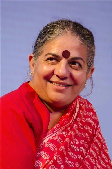 Stručně řečeno: indická vědkyně, jaderná fyzička, spisovatelka, aktivistka, která se snaží dát hlas farmářům po celém světě. Nakladatelství Broken Books ji k nám uvádí knihou Demokracie Země.
