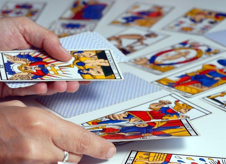 A čím jiným než pomůckou kartářek by tarot měl být?