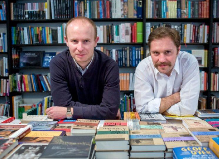 Nakladatelství Absynt založili před necelými třemi lety Juraj Koudela a Filip Ostrowski. Záměr byl jasný - přinést do knihkupectví soustředěný výběr z toho, co ve světě vzniká v žánru knižní reportáže. Jejich slovenské knihy jsou k vidění i v českých knihkupectvích, teď se rozhodli i pro knihy v češtině.