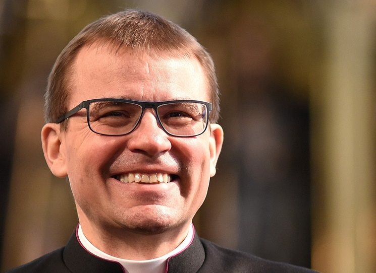 Tomáš Holub (1967) byl na kněze vysvěcen roku 1993, v roce 1998 se stal prvním českým vojenským kaplanem. Od dubna 2016 je biskupem plzeňské diecéze. Ukázka z knižního rozhovoru Biskup na snowboardu, který vedl redaktor DVTV Martin Veselovský.