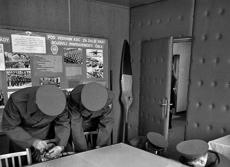"""Autentické fotografické momentky ze základní vojenské služby v socialistickém Československu v letech 1981 a 1982 se objevují, pětatřicet let od svého vzniku, možná právě ve vhodnou chvíli. Ve společnosti, vystrašené k smrti """"podnikateli v komerčním nacionalismu"""", se stále častěji ozývá, že by to nějakou to povinnou vojenskou přípravu chtělo zase zavést."""