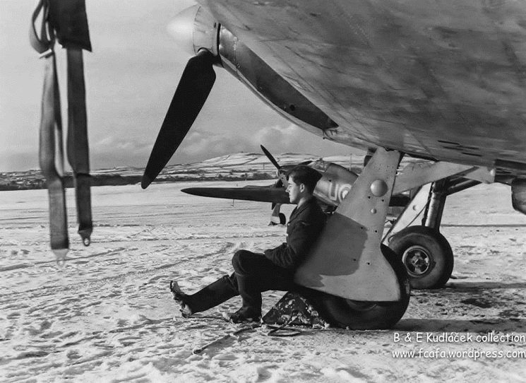 Významný český fotograf Ladislav Sitenský (1919–2009) za druhé světové války proslul svými snímky dokumentujícími československý odboj na západní frontě. Největší slávu mu přinesly fotografie z prostředí letectva, u něhož dva roky působil jako příslušník pozemního personálu 312. československé stíhací perutě.