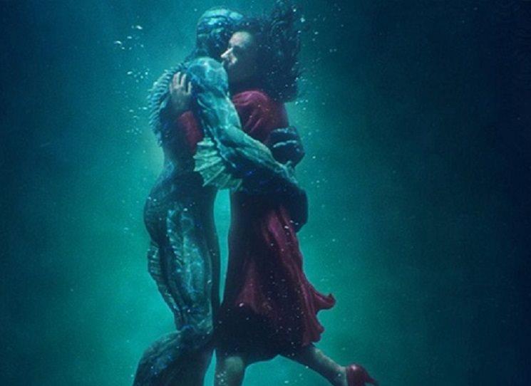 Jak mexický režisér mnoha Oscary oceněného filmu Guillermo del Toro, tak americký spisovatel Daniel Kraus jsou napsáni jako autoři knižní podoby příběhu o lásce němé uklizečky Elisy a amazonského vodníka, který je objektem vládního výzkumu. Tvář vody začíná takhle: