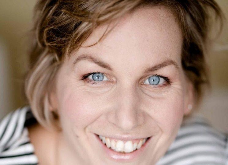 Viktorie Hanišová (nar. 1980) na Univerzitě Karlově vystudovala anglistiku a germanistiku. Věnuje se překladatelství a je lektorkou cizích jazyků. Román Houbařka je její druhou knihou.