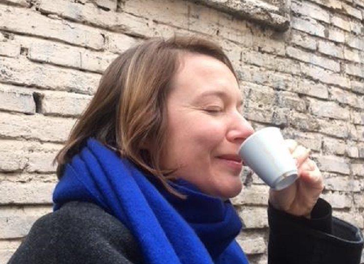 Magdaléna Platzová (1972) je česká spisovatelka, novinářka, autorka knih pro děti a divadelních her. Momentálně žije ve francouzském Lyonu. Její novinka Druhá strana ticha je mimo jiné i o nesnadném vnitřním životě uprostřed globálního kočování, o prázdnotě, které se připlíží a má víc příčin, o neklidu, který přináší svět, blízcí i osobní historie.