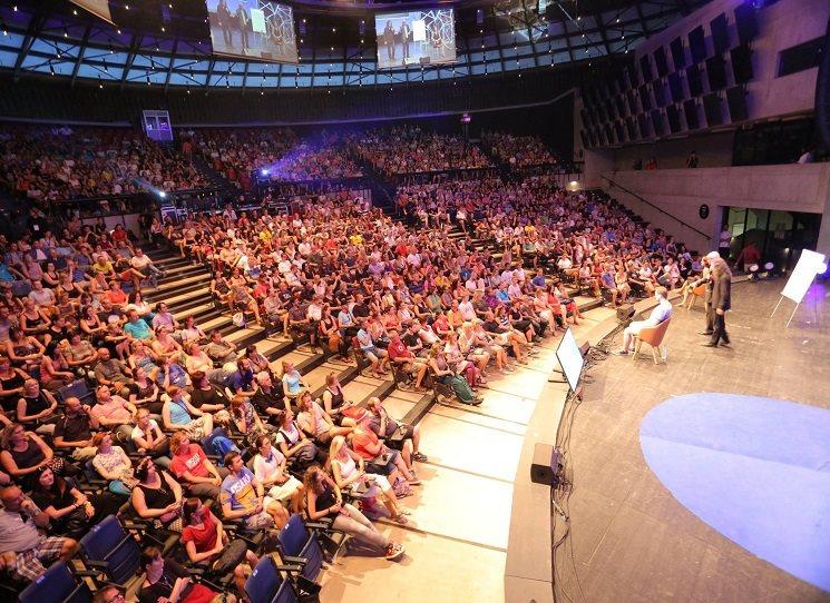 Součástí hudebního festivalu Colours of Ostrava bude i letos debatní program nazvaný Meltigpot. Přes 150 účinkujících na 8 pódiích ze 24 zemí. Takže uprostřed festival najdete festival diskuzní.  I letos se jedna stage jmenuje KOSMAS/Argo.