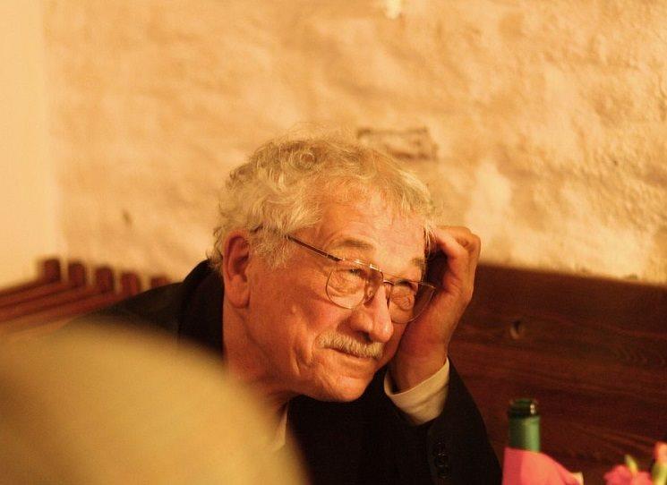 Debutoval budovatelskými sbírkami veršů Tobě, živote! (Práce, 1951), Pochodeň jara (Mladá fronta, 1954) a Vlnobití (Československý spisovatel, 1956). Po nástupu normalizace v sedmdesátých letech a po jeho podpisu Charty 77 zakázaný autor, vycházel jen v samizdatu či v zahraničních nakladatelstvích. Osobitý básník Karel Šiktanc slaví 90. narozeniny,