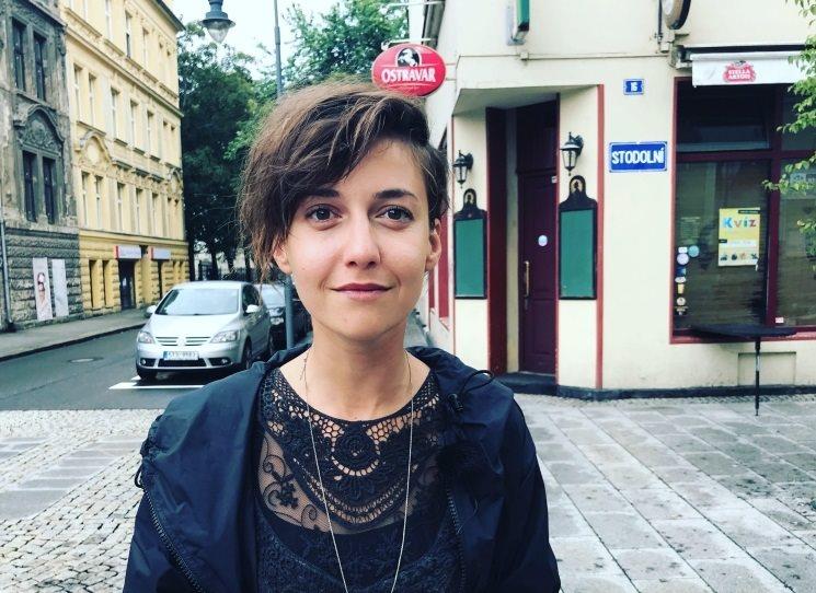 Tereza Dočkalová (* 1988) je od roku 2013 členkou souboru pražského Divadla pod Palmovkou. V roce 2018 obdržela Cenu Thálie za mimořádný jevištní výkon v inscenaci Henrika Ibsena Nora a o šest let dříve získala stejné ocenění v kategorii herečka do 33 let.  V poslední době je známá také jako moderátorka humorně kontroverzního feministického videopořadu Branky, body, kokoti.