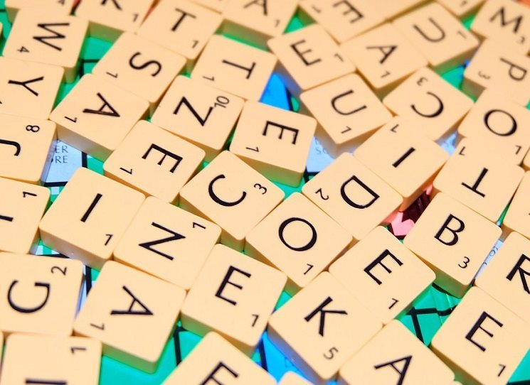 """Krátké filosofující eseje na téma našeho jazyka, pozoruhodnosti, významu a smyslu slov a sousloví, která používáme. Zamyšlení nad slovy nám ukáže, že """"skryto ve slovech"""" se nachází mnoho moudrosti a řada inspirací pro náš život. Knížka čtenáře vytrhne z uspěchaného dne a přiměje k hlubšímu zamyšlení nad během života v jeho nejrůznějších podobách. Vladislav Dudák - Skryto ve slovech"""