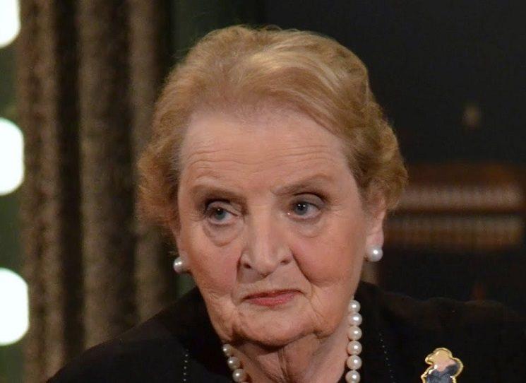 Bývalá ministryně zahraničních věcí USA Madeleine Albrightová varuje před novou hrozbou fašismu. Ve své knize Fašismus se vydává na historický exkurs a vyzývá, aby lidé bojovali za demokracii.