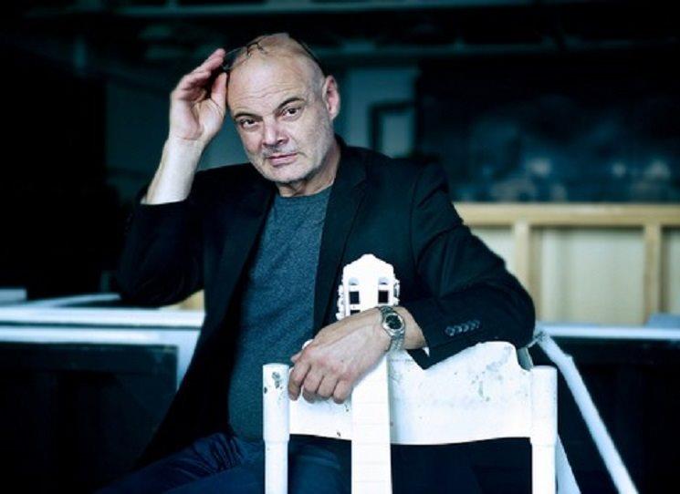 V roce 1983 spoluzaložil skladatel a dirigent Petr Kofroň (1955) soubor pro soudobou hudbu Agon Orchestra. Autor mnoha scénických hudeb, obdivovatel amerických minimalistů, současný ředitel Opery Národního divadla a Státní opery Praha. Kniha Signum je tedy logicky hlavně o hudbě. Ale nejen - i když v sazbě je třeba notových osnov a not víc, než bývá zvykem.