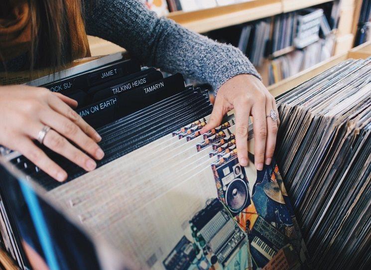"""Starý mládenec """"vyrušen"""" láskou uprostřed svého obchodu s hudbou všech žánrů. Prodávají se pouze gramodesky, ostatní nosiče jsou shit. Jenže, jedna věc je empatie k zákazníkům - každý odchízí s tím, co plus minus potřebuje, aniž o tom předem vlastně věděl - a druhá vlastní emoce. A tak tu máme vlastně romanci mezi jazzem, blues, rockem a heavy metalem. Vlastně romanci z vinylů."""