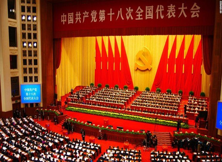 Nejčernější představy o spojení ekonomiky a ideologie se naplnily v Číně. Jak píše Radka Denemarková: to nejhorší z komunismu a kapitalismu se spojilo do systému, který se vymknul kontrole. Rudá Říše Středu, ze které všichni cítí prachy a tak se naučili necítit krev.
