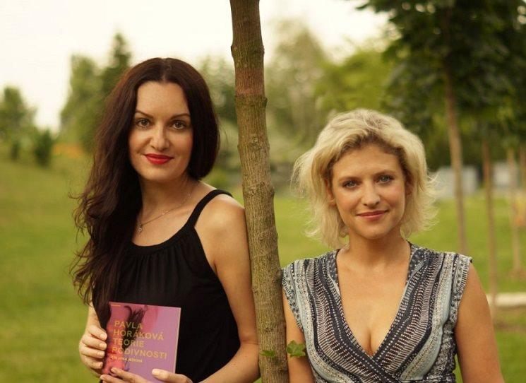 O audioknize Teorie podivnosti s její autorkou Pavlou Horákovou i její interpretkou Jitkou Ježkovou, které si tak rozuměly, že si spolu během rozhovoru začaly rovnou samy povídat...