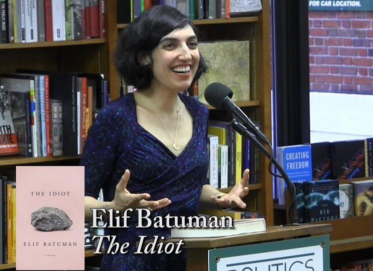 Elif Batumanová ve své nové knize Idiot, vycházející z jejího vlastního života, se suchým humorem popisuje tápání v lásce i v životě, které její hrdinka prožívá při vstupu na Harvardskou univerzitu v 90. letech. E-mail a e-mailová komunikace byly v té době naprostou novinkou a mnohdy přinášely jejich uživatelům různá nedorozumění a zmatky.