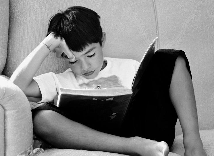 Nadpis patří především juniorům, kteří berou knihu do ruky jen v nouzi nevyšší – a sice, je-li přerušena dodávka elektrického proudu, a mají všechno vybité. I tu se stane, jako za starých středověkých časů, že vezmou do ruky knihu a ponoří se do jejího světa.  Kvarteto knih z Arga pamatuje právě na takovou situaci. Ale titulek platí – čtení je dobrý zlozvyk.