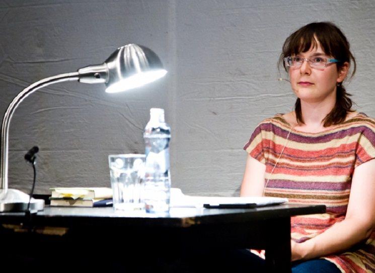 Ivana Dobrakovová (1982, Bratislava) je slovenská spisovatelka, od roku 2005 žije v Turíně v Itálii. Debutovala sbírkou povídek Prvá smrť v rodine (2009), se kterou se dostala do finále ceny Anasoft litera. Její román Bellevue (2010) byl prozatím přeložen do tří jazyků včetně angličtiny. Překládá z francouzštiny a italštiny (tetralogie Eleny Ferrante Geniální přítelkyně). V minulém roce vyšla v češtině v nakladatelství Větrné mlýny její povídková sbírka Toxo (2013).
