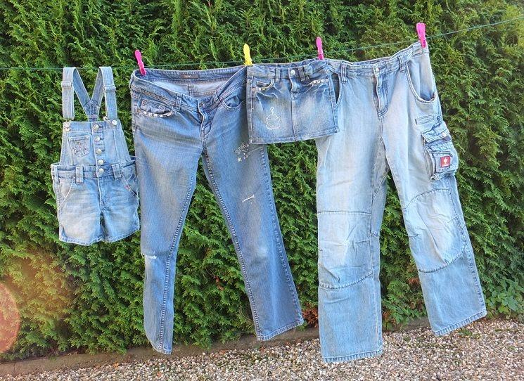 Kde jsou ty časy, kdy si pracant mohl koupit téměř nezničitelné pracovní kalhoty z modré bavlněné látky. Ten by panečku koukal, co se dnes za texasky vydává, nebo jak omladině kouká z rozpáraných kalhot 80% holých nohou. Jaká je vlastně historie modráků ve světě i u nás? Michal Petrov -  Jeans story: Retro blue.
