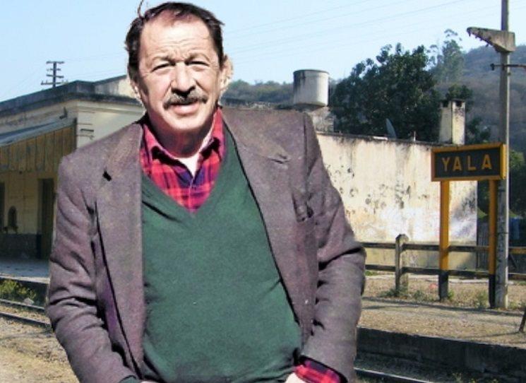 Sbírka povídek U kolejí (překlad Jan Machej) je prvotinou argentinského spisovatele Héctor Tizóna (1929 - 2012), napsanou v letech 1958 a 1959 v Mexiku. Silou výpovědi je přirovnatelná např.k  Lanu v plamenech od Juana Rulfa napsanou v podobné době a za podobných okolností.