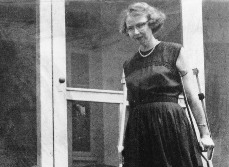 Sebrané literární kritiky, eseje a přednášky Tajemství a mravy připravili z pozůstalosti a rok po autorčině smrti v roce 1965 vydali manželé Fitzgeraldovi. Jsou takové, jako její romány a povídky - úderné, břitké, ironické. Velmi užitečné například těm, kteří hledají odvahu psát skutečně za sebe, svým jazykem a o svých tématech. Přinášíme ukázku z doslovu největšího českého znalce amerického literárního Jihu Marcela Arbeita.