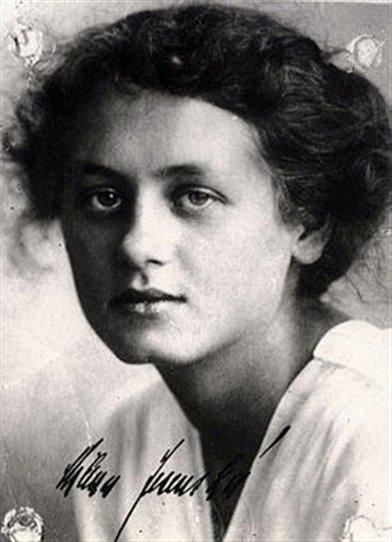 120 let od narození už je opravdu nevyšší čas přiznat Mileně Jesenské (1896 - 1944 zavražděna v koncentračním táboře Ravensbrück) místo mezi československou novinářskou elitou. Konečně se nám totiž pod názvem Křižovatky dostane do ruky souborné novinářské dílo, které je výsledkem mnohaleté práce největší znalkyně díla Mileny Jesenské, Marie Jiráskové.