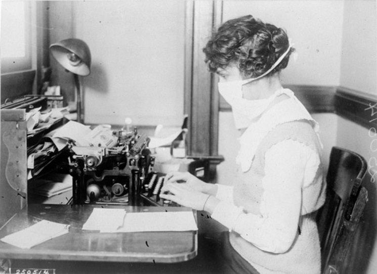 Co si takhle přečíst mezi těmi zmatečnými virovými informacemi něco trochu usebraného a utříděného? Je jasné, že vražedná chřipajzna z před 100 let byl jiný virus v jiné světě a že historie se sice opakuje, ale není to nikdy přes kopírák. Přesto to může být poučné, zvlášť pokud knihu Bledý jezdec o chřipkové epidemii z let 1918 - 1920 napsal britská autorka, publikující o vědě v National Geographic, The Economist nebo The Telegraph.