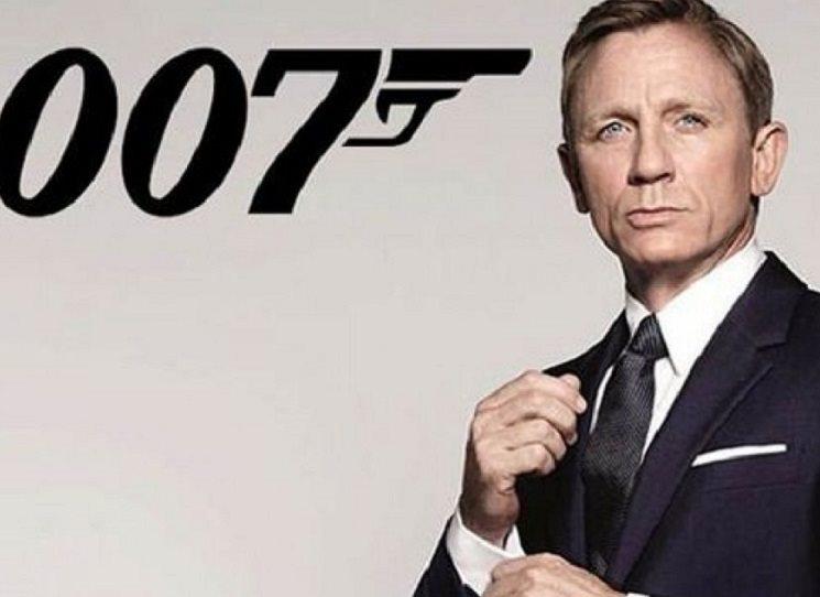 Počkala, až Bond dojí vejce, potom zapálila dvě cigarety...