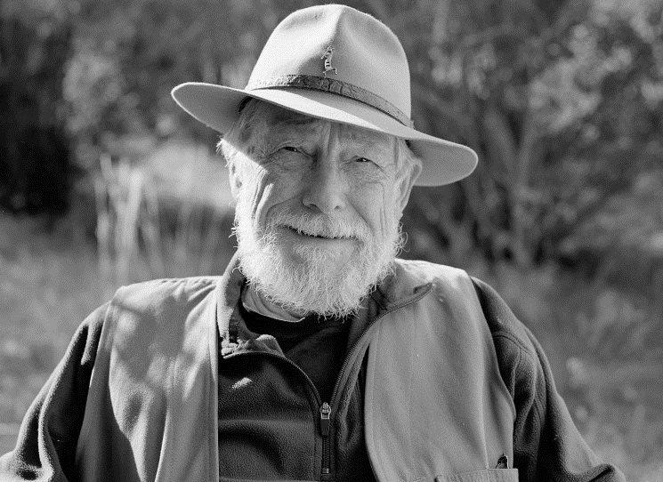 Americký básník, esejista a environmentalista Gary Snyder, oslavil 8. května 2020 devadesátiny. Tento pra-ekolog, přítel Jacka Kerouaca a Allena Ginsberga, držitel Pulitzerovy ceny 1974 za sbírku Želví ostrov, napsal zatím poslední sbírku Nebezpečí na vrcholcích v roce 2004 (česky 2010).