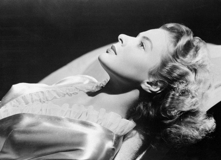Setkají se v hotelu Ritz a v momentu, kdy okouzlený fotograf Robert Capa nechá pode dveřmi pokoje Ingrid Bergmanové pozvání na večeři, začíná milostná aféra jako žádná jiná. Nezávazný flirt přerůstá ve vášnivý vztah, sužovaný komplikovanými charaktery a emocionální zátěží obou protagonistů.