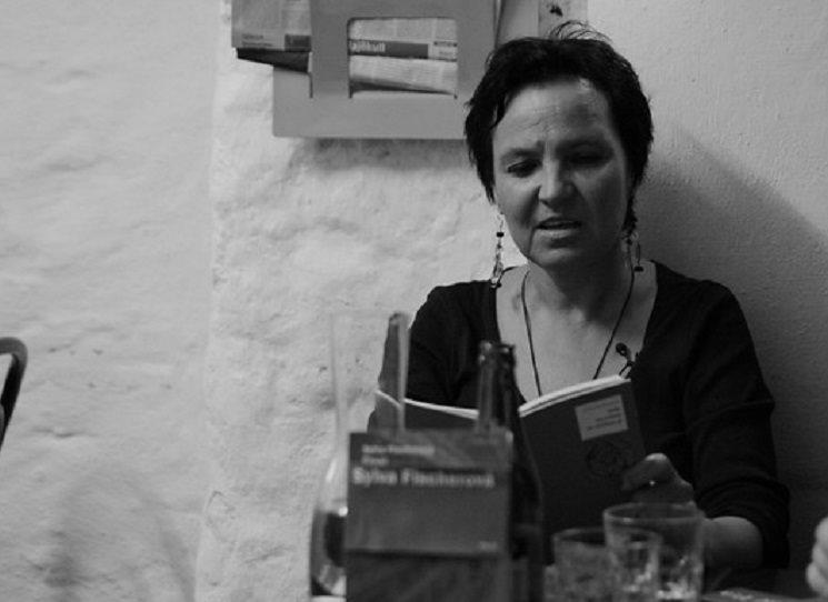 Sylva Fischerová píše o městě, ve kterém se narodila a ve kterém od dob studií žije. V některých básních přitom město nemá jméno, a přece je to nepochybně Praha a její genius loci. K mnoha obrazům Prahy přidává Sylva Fischerová v tomto svrchovaně autorském výboru, kde některé básně vycházejí v této podobě poprvé, další obrazy: Praha jako dryák ředěný Vltavou i místo, kde dějiny světélkují.