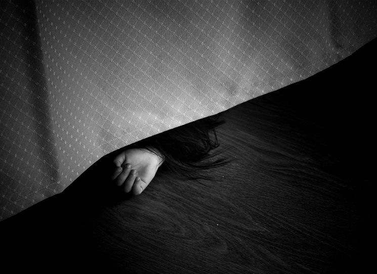 Během přepravy na pitevnu je tělo dívky ukradeno