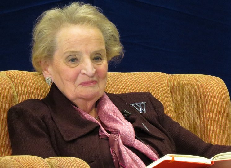 V roce 2001 ukončila tehdy třiašedesátiletá Madeleine Albrightová své působení ve funkci ministryně zahraničí Spojených států. Držitelka českého Řádu Bílého lva a americké Prezidentské medaile svobody v současnosti přednáší mezinárodní politiku, provozuje konzultační firmu a angažuje se ve veřejném dění.
