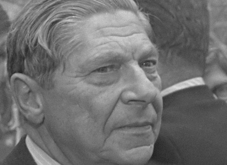 Třetí a závěrečný svazek autobiografie spisovatele Arthura Koestlera Cizinec na náměstí odhaluje události od čtyřicátých do poloviny padesátých let – dozvídáme se zároveň o dění ve světě politiky i kultury, vše je přitom vyprávěno neobvyklým způsobem. O to je vše zajímavější.