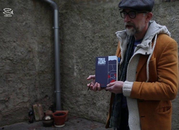 Jedna věc je knihu najít, připravit k vydání a vydat - a druhá je dokázat pro ni najít čtenářovu pozornost. Jistě, že lze čekat, jestli si ji šťastník nějak nenajde sám, jestli na sebe náhodnou v přeplněném knižním světě narazí - ale lepší je na knihu přece jen nějak upozornit. Nakladatelé pro to dělají, co umí a mohou. Argo začalo v roce 2020 vydávat na internetu svůj interaktivní měsíčník #mojeargo a na podzim začalo s video-sérií přestavování knih Na dvorečku.