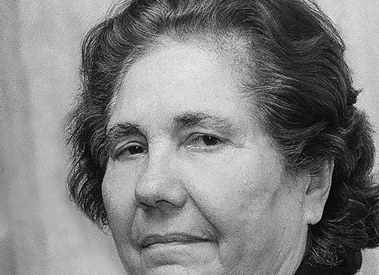 Elena Lacková (1921 - 2003) psala romsky verše, pohádky, povídky a divadelní hry. Narodila se v roce 1921 v romské osadě ve Velkém Šariši na Slovensku v rodině vajdy a primáše romské kapely Mikuláše Doktora. Jako první romská žena ze Slovenska absolvovala vysokoškolské studium – studovala dálkově Filosofickou fakultu Univerzity Karlovy v Praze.
