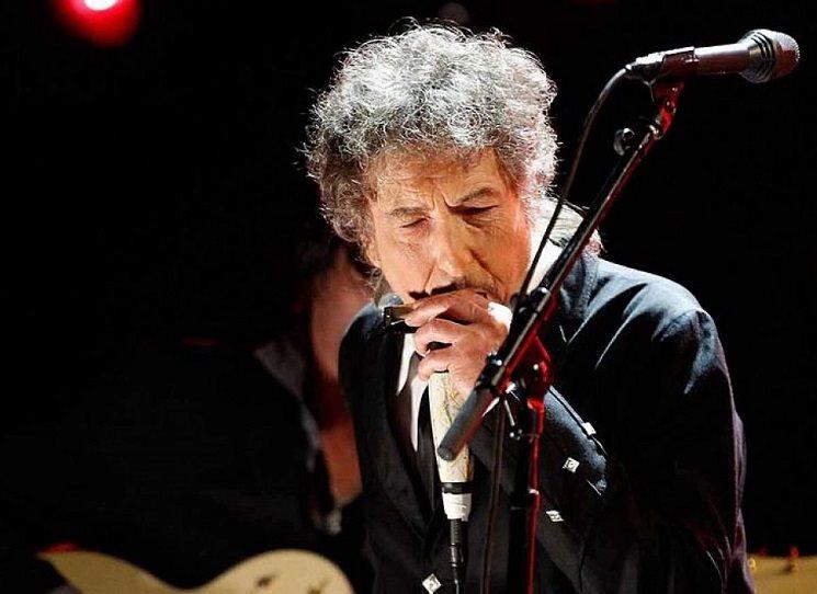 Obálka květnového měsíčníku UNI je Michalem Cihlářem zadaptovaná fotografie Boba Dylana, přebírajícího řád od Baracka Obamy. A tím je dané téma čísla: Dylan osmdesátiletý, na všechny možné způsoby.