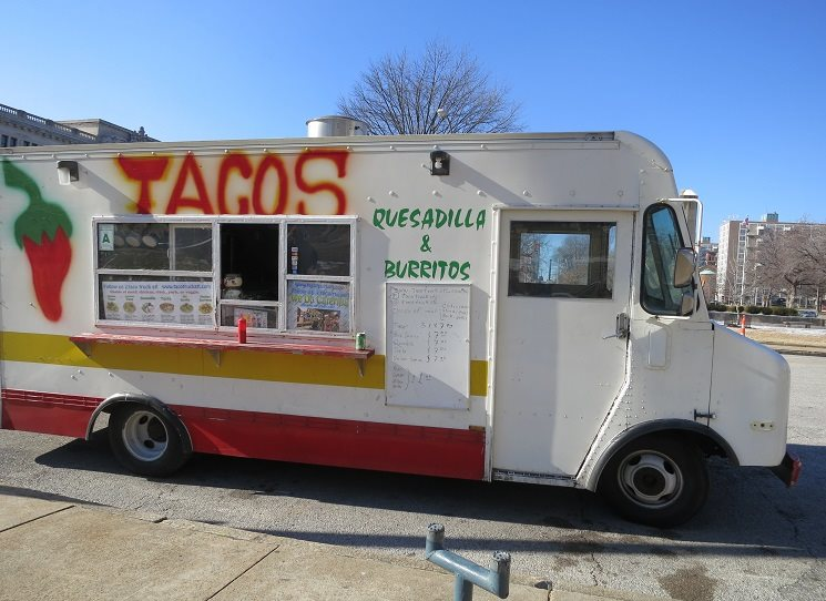 V Novém Mexiku, Kalifornii, Arizoně a Texasu dnes představují Latinos třetinu či více obyvatel. Např. každý  pátý obyvatel Chicaga je Latino, najdete zde čtvrti, kde se domluvíte lépe španělsky než anglicky, a tacos, kukuřičné placky s ostrou omáčkou, si leckde koupíte snáze než hamburger. Kateřina Březinová: Latinos: jiná menšina?