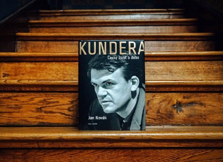 V červnu 2020 porušil po několika letech práce spisovatel Jan Novák jedno tabu české literatury – a sice to, že o životě dnes dvaadevadesátiletého Milana Kundery se veřejně nemluví. A když mluví, tak podle pokynů a přestav samotného autora.